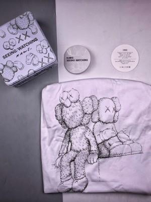 Kaws X 长沙Ifs 公仔印花短袖(铁盒装) 面料采用进口精梳全棉,经典的可爱角色BFF印花,